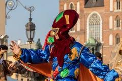 Leistung des Tanz-Festzuges führte byThe Kiew-Straße Theater-Höhepunkte an der 31. Straße - internationales Festival der Straße T Stockbilder