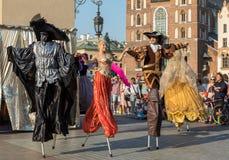 Leistung des Tanz-Festzuges führte byThe Kiew-Straße Theater-Höhepunkte an der 31. Straße - internationales Festival der Straße T Stockfotos