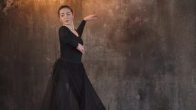 Leistung einer modernen Tänzerfrau in einer dunklen düsteren Halle mit Birnen stock video