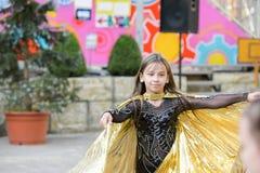 Leistung eines jungen Tänzers Wenig Mädchentanzhaltungen Rede durch ein junges Mädchen in einem schwarzen Kleid Schwingen eines g stockbilder
