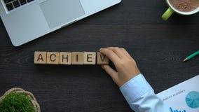 Leistung, Geschäftsdame, die Wort von den Würfeln, harte Weise zum Erfolg, Führung macht stock video