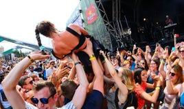 Leistung MOs (dänischer Sänger und Texter und Komponist unterzeichnet zu Sony Music Entertainment) am Sonar-Festival lizenzfreies stockfoto