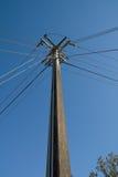 Leistung und Telefon-Pole-Durchschnitt Stockbild
