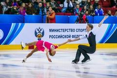 Leistung von den jungen Athleten, die zurück Innere-Todesspirale des Paareinzelteils tanzen Stockbilder