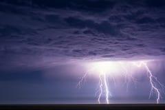 Leistungsfähige Blitzbolzen schlagen von einem Sommergewitter Lizenzfreie Stockfotos