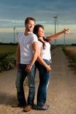 Leistungsfähige Paare vor Windmühle lizenzfreies stockbild