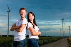 Leistungsfähige Paare vor Windmühle im evenin stockfotos
