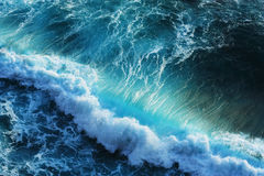 Leistungsfähige Wellen im blauen Ozean Stockbilder