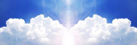 Leistungsfähige Wolke auf dem blauen Himmel lizenzfreies stockfoto