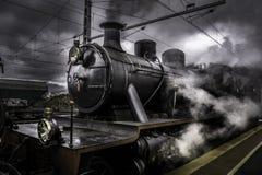Leistungsfähiger alter steaam Zug, der durch Rauch läuft Lizenzfreies Stockfoto