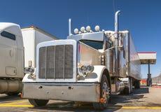 Leistungsfähiger halb LKW des weißen großen Anlagenklassikers mit den Chromzusätzen und des Kühlschranks Anhänger halb, die auf B stockfotos