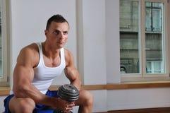 Leistungsfähiger muskulöser Mann Lizenzfreies Stockbild
