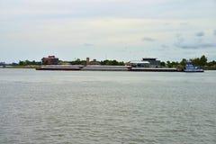 Leistungsfähiger Schlepper, der einige Lastkähne auf dem Fluss Mississipi drückt stockfoto