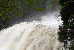 Leistungsfähiger Wasserfall lizenzfreie stockfotografie