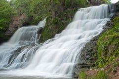 Leistungsfähiger Wasserfall Stockfotografie