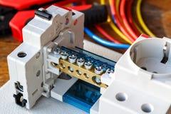 Leistungsschalter mit Drahtverteiler auf der Montageplatte Stockbilder