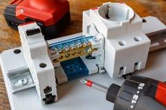 Leistungsschalter mit Drahtverteiler und -Sockel auf der Hutschiene Stockbild