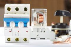 Leistungsschalter und Elektrogeräte Stockbild