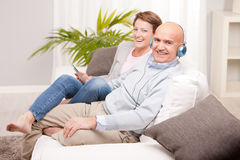 Leisure time of a mature couple at home Royalty Free Stock Photos