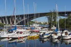 Leisureboats amarrados en el puerto deportivo Fredhäll Estocolmo Fotografía de archivo libre de regalías