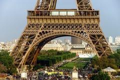 Leitartikel, am 13. Mai 2016: Paris, Frankreich Eiffelturmsonnenuntergang konkurrieren Lizenzfreies Stockfoto