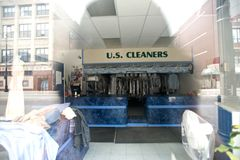 Leitartikel, Trockenreinigungsservice Chicagos, IL am 6. Mai 2012 an der Straße von Chicago Lizenzfreie Stockbilder