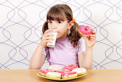 Leite bebendo da menina Foto de Stock