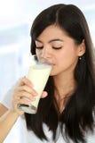 Leite bebendo da mulher imagem de stock