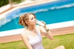Leite bebendo da mulher bonita Imagem de Stock