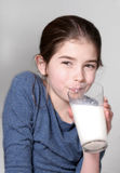 Leite bebendo da rapariga Imagens de Stock