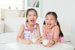 Leite bebendo das crianças. imagens de stock royalty free