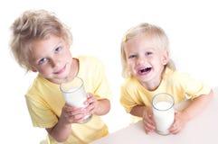 Leite bebendo das crianças Fotografia de Stock Royalty Free