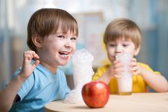 Leite bebendo das crianças em casa fotos de stock royalty free