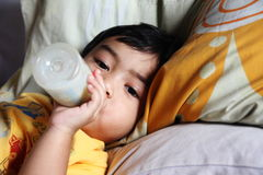 Leite bebendo de Little Boy Foto de Stock Royalty Free