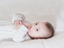 Leite bebendo do bebê da garrafa em casa Fotos de Stock Royalty Free