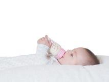 Leite bebendo do bebê da garrafa isolada Fotografia de Stock
