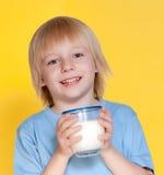 Leite bebendo do rapaz pequeno foto de stock royalty free