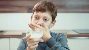 Leite bebendo do rapaz pequeno vídeos de arquivo