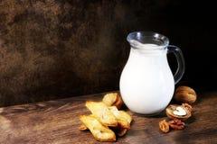 leite Biscoito Nozes Bolinhos caseiros e leite Produtos da padaria Cozimento caseiro Sobremesa foto de stock royalty free