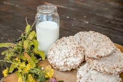 Leite caseiro e pão estaladiço saboroso no fundo de madeira da tabela Foto de Stock Royalty Free