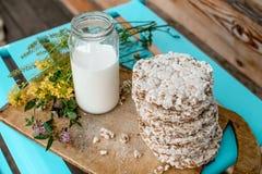 Leite caseiro e pão estaladiço saboroso no fundo de madeira da tabela Imagem de Stock Royalty Free