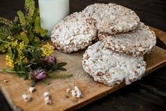 Leite caseiro e pão estaladiço saboroso no fundo de madeira da tabela Fotografia de Stock Royalty Free