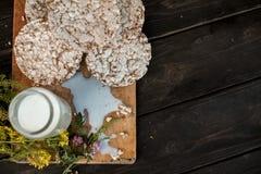 Leite caseiro e pão estaladiço saboroso no fundo de madeira da tabela Fotos de Stock