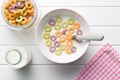 Leite com anéis frutados do cereal Fotos de Stock Royalty Free