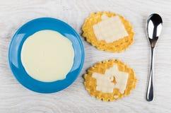 Leite condensado do doce em uns pires e leite em cookies da bolacha foto de stock royalty free