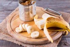 Leite condensado e banana fervidos banco fotos de stock