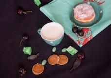 Leite, cookies e cerejas Foto de Stock
