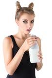 Leite da bebida da mulher do gato imagem de stock