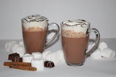 Leite de chocolate quente 2 copos no fundo isolado Fotografia de Stock Royalty Free