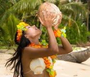Leite de coco bebendo da mulher foto de stock